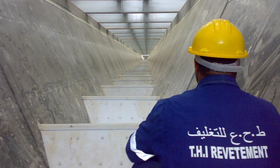 Revêtement-anti-colmatant-des-parois-de-la-trémie-et-du-silo-de-stockage-de-phosphate-à-l'usine-de-Skhira-TIFERT